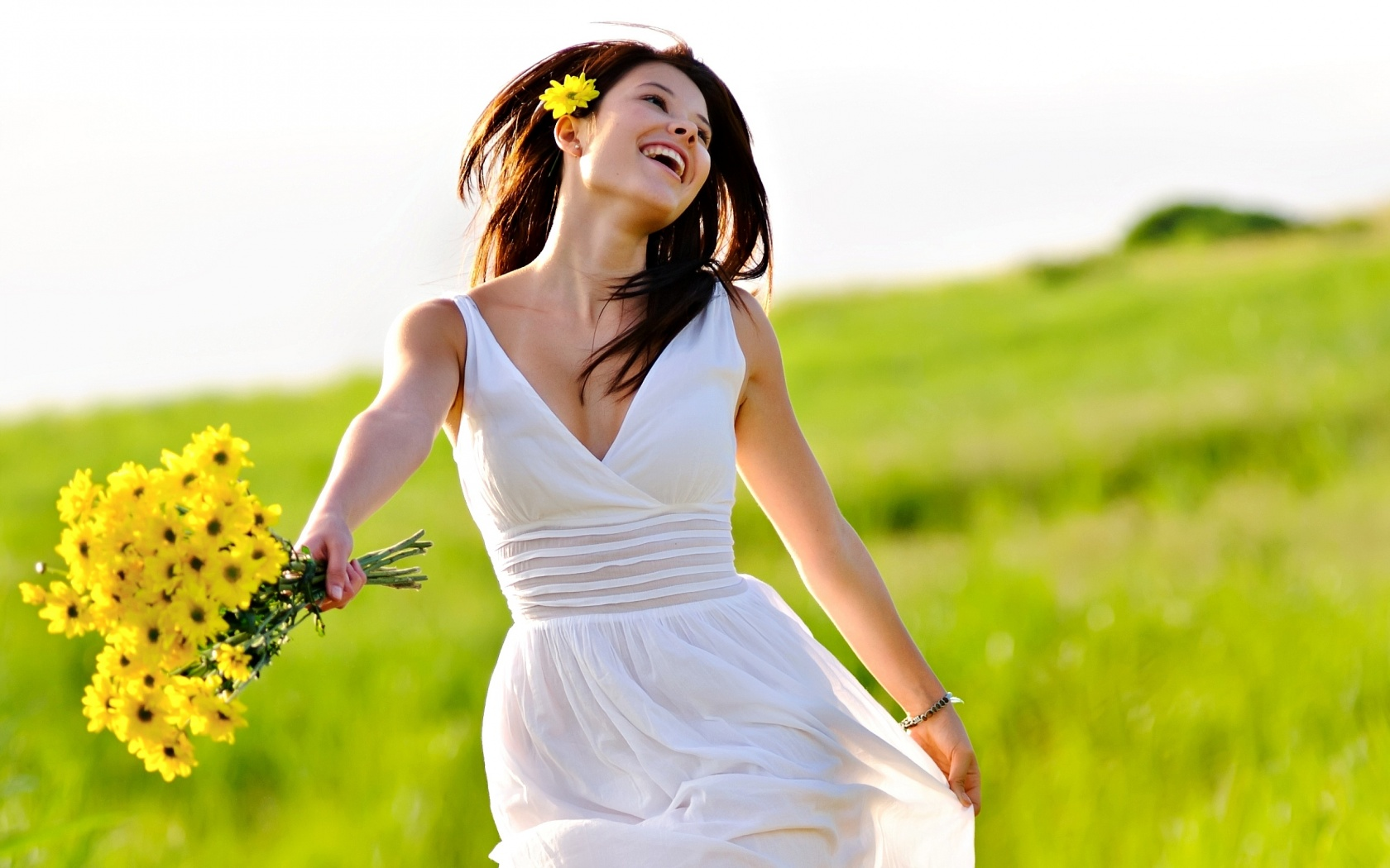 Эйфория приходит внезапно и сопровождается замедлением мыслительной и двигательной активности. Однако, несмотря на мгновенность наступления, проявляться данное качество личности может довольно долго. Поэтому большинство медиков считают, что длительное ощущение счастья – нездоровое проявление психики