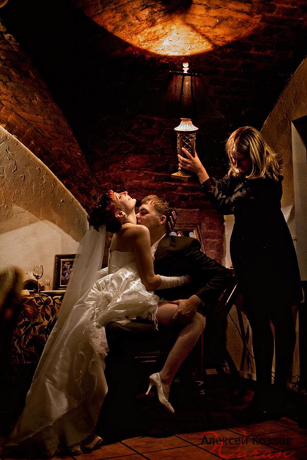 Это выражение пошло в эпоху Древней Руси и традиций первой брачной ночи. В разных странах существовали весьма причудливые традиции, связанные с первой брачной ночью