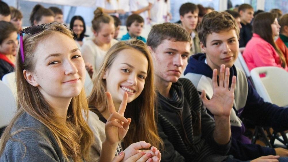 Молодые россияне активно впитывают внешние англо-американский способ жизни, поведения и правила через кино изнакомых, живших заграницей. Уходящие поколения всегда будут цокать языками, глядя намолодежь, ведь всеэтотакнепохоже нато, чемонижили вюности. И, конечно же, жалеть непутевых юношей идевушек, которые, несомненно, страдают из-засвоей глупости, непутевости, сексуальной распущенности или, наоборот, нового пуританства ивикторианства.
