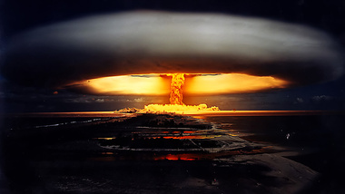 Основные поражающие факторы ядерного взрыва Ядерный взрыв делиться на пять поражающих факторов, как спастись от каждого из них. Готов? Вспышка слева!