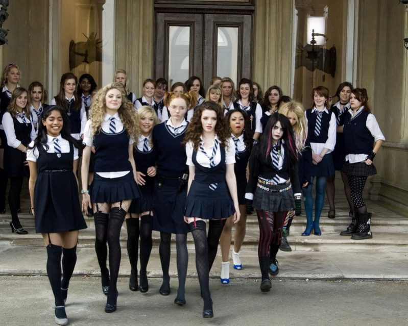 А одна из крупных девочек отвечает - это мы лидеры, мы всех мальчишек в кулаке держим. Спрашиваю, как же так? Мы конечно задумались и начали серьезно какой этот вопрос изучать. Выяснилось, что в школе и вообще подростки, девушки и юноши, развиваются по-разному. Девушки к 18-ти годам уже сформировавшаяся личность. Это уже женщины, невесты на выданье, а подростки мальчики, еще не сформировались.