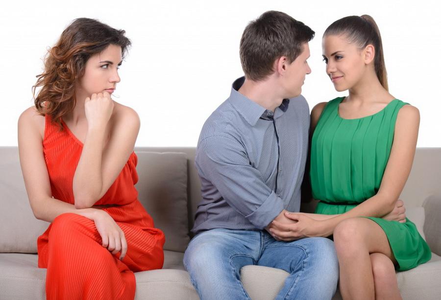 Женская Зависть вытекает из одной особенности, которую чаще всего недооценивают мужчины – это потребность чувствовать себя богиней. Это нечто абсолютное, не укладывающееся в нашем сознании. По сути, женщина этим и исчерпывается полностью. Это самая главная её суть. Какая там Любовь! Женщина любит только себя!