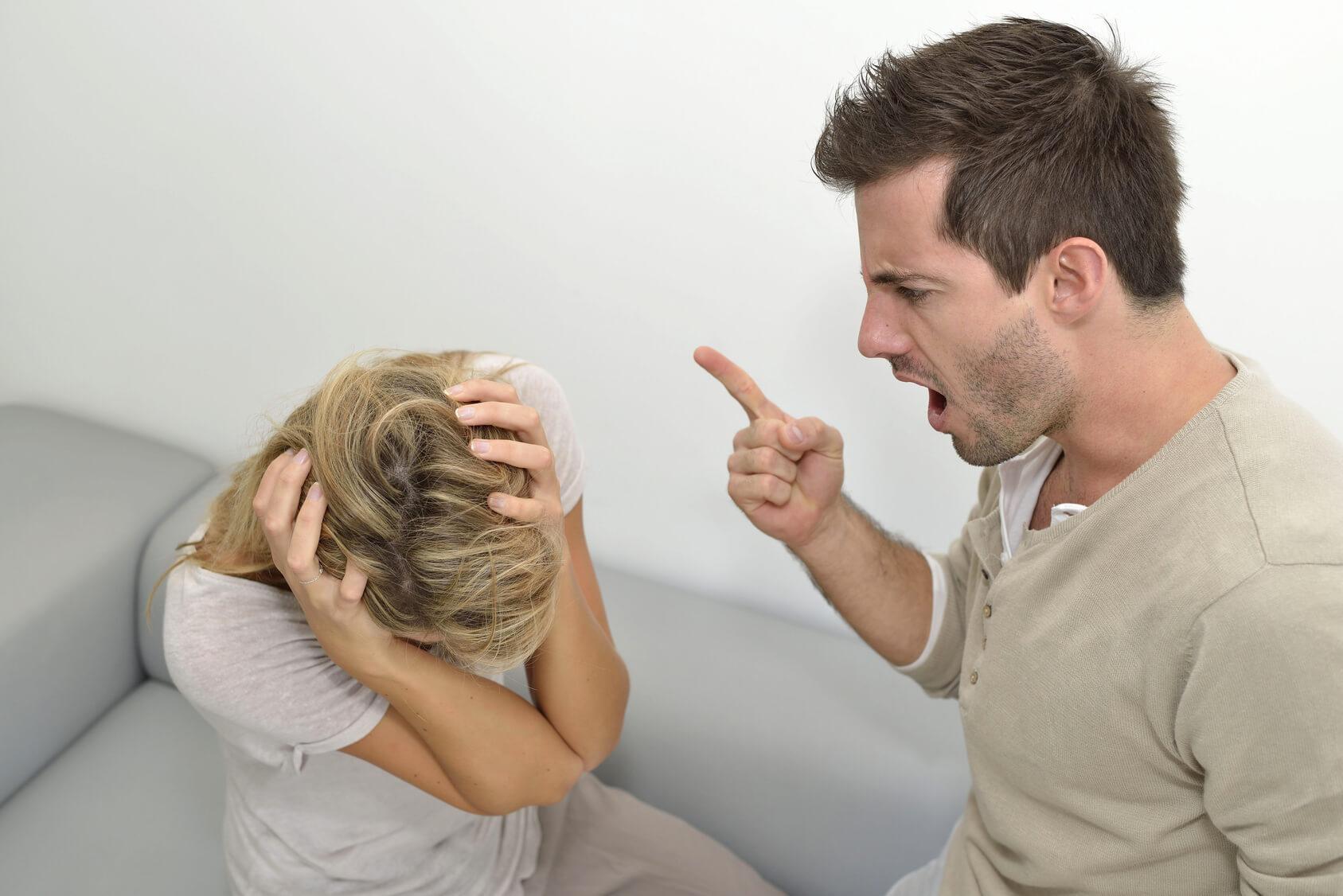 Дословно значение слов «абьюзер» такое: abuse – насилие, и abuser – человек, совершающий насилие, выходя за рамки допустимого. Он оскорбляет, унижает и издевается морально над близкими людьми.