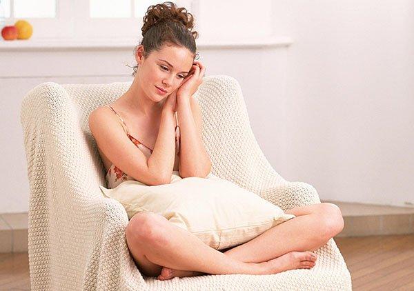 """Физиология полового неудовлетворения Причина сексуальной неудовлетворенности скрывается в так называемой деградации влагалищных мышц с возрастом женщины. Поражает и абсолютная неграмотность женщины, рассуждающей – """"и так сойдет, ему кобелю, лишь бы воткнуть!"""" Опущение стенок вагины или вагинальный пролапс представляет собой аномальное состояние в женской половой системе, которое в основном возникает у рожавших женщин после пятидесяти лет вследствие ослабления тазового дна, но оно может возникать и у женщин в возрасте от 30 до 45 лет (сорок случаев из ста), а также до тридцати лет (десять случаев из ста). Опущение влагалища не всегда сопряжено с родовым процессом, в трех процентах случаев аномальное состояние развивается у молодых и нерожавших девушек. Проблема слабых мышц влагалища очень распространена. Многие женщины сталкиваются с ней. Однако каково же этим женщинам, когда они слышат распространённые мифы о причинах большого влагалища."""