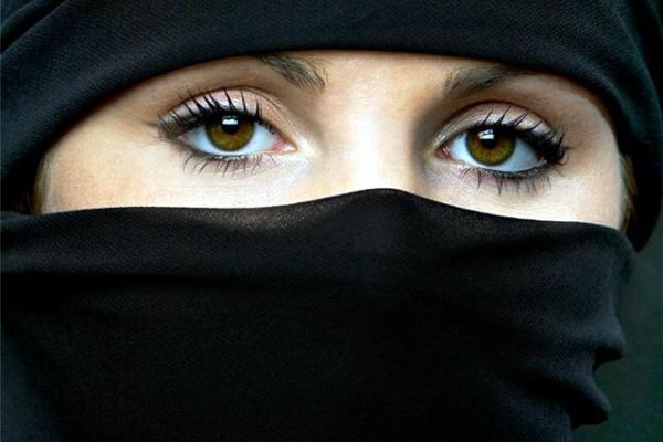 ВОТ ЗДЕСЬ КЛЮЧЕВОЙ МОМЕНТ - КАК МУЖЧИНА МУСУЛЬМАНИН ДОЛЖЕН ОТНОСИТСЯ К ЖЕНЩИНЕ! Следует бить женщин, да, но существует множество путей это делать: если женщина худая, то бить нужно тростью, если она обладает мощным телосложением, — кулаком, пухленькую женщину — раскрытой ладонью. Таким образом тот, кто бьет, не нанесет повреждений самому себе.