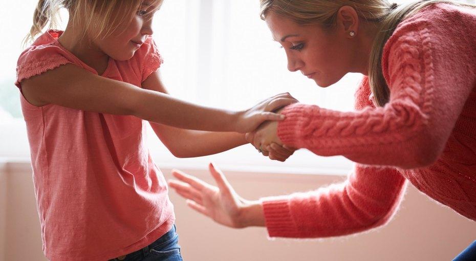 """Часто ли мамаши шлепают своего ребенка или дают ему подзатыльники? Ответ – они это делают постоянно! Мамаши делают это, именно, как дополнение к указующим и повелительным словам. Легкий подзатыльник – это только на глазах у публики, основную выволочку детям устраивает именно """"мама"""" дома!"""