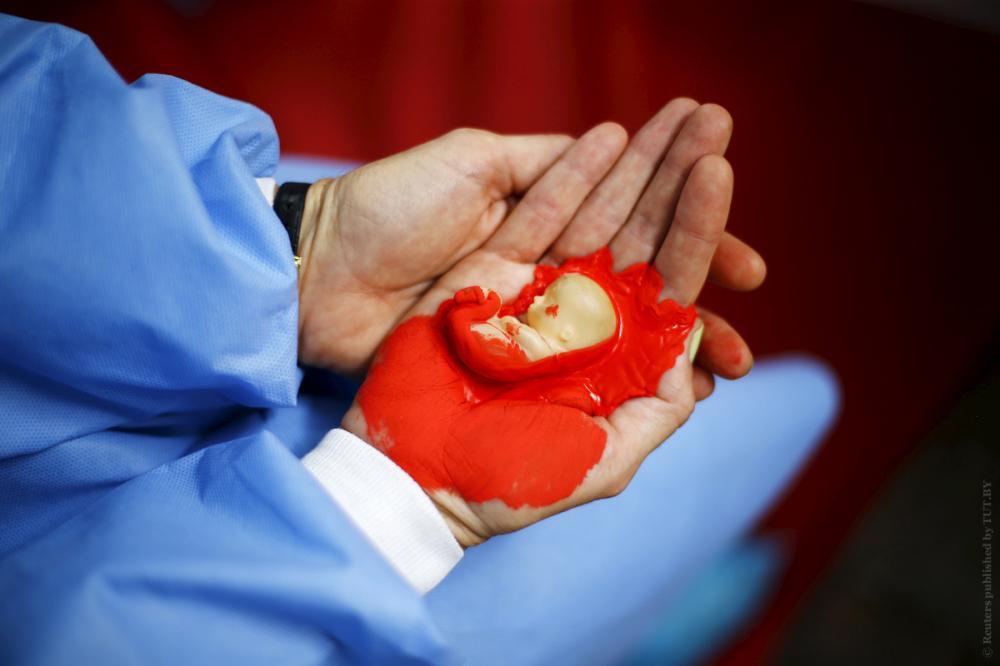 Антисемейный кодекс Российской Федерации, утверждает, что мужчина и женщина равны в сфере решения дел семейных. Но на практике все наоборот, 80% браков распадается по инициативе женщин, женщины принимают решение рожать детей...