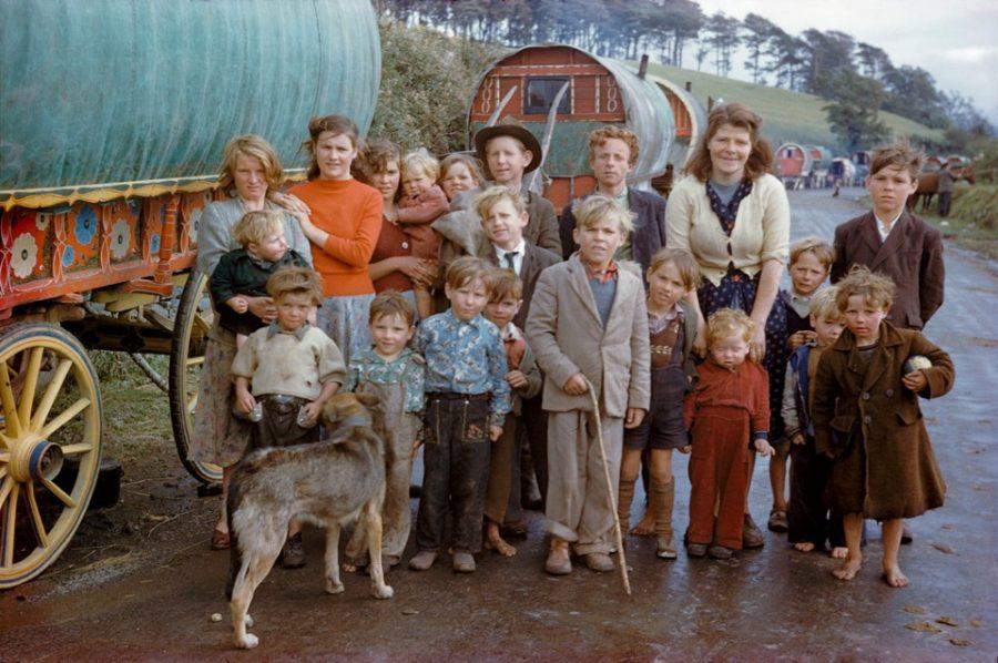 Ениши, белые цыгане Оказывается, что они действительно существуют. Они называют себя по-немецки Jenische – ениши, или джениши, а еще кочующими и белыми цыганами, хотя с цыганами их объединяет лишь кочевой способ жизни. Первые упоминания о них относятся к началу XVIII века, а живут ениши в основном поблизости от Рейна в Германии, Австрии, Бельгии, Люксембурге и Швейцарии.