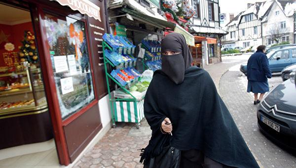 Мусульмане во время пятничной молитвы на одной из улиц ПарижаМусульманские женщины
