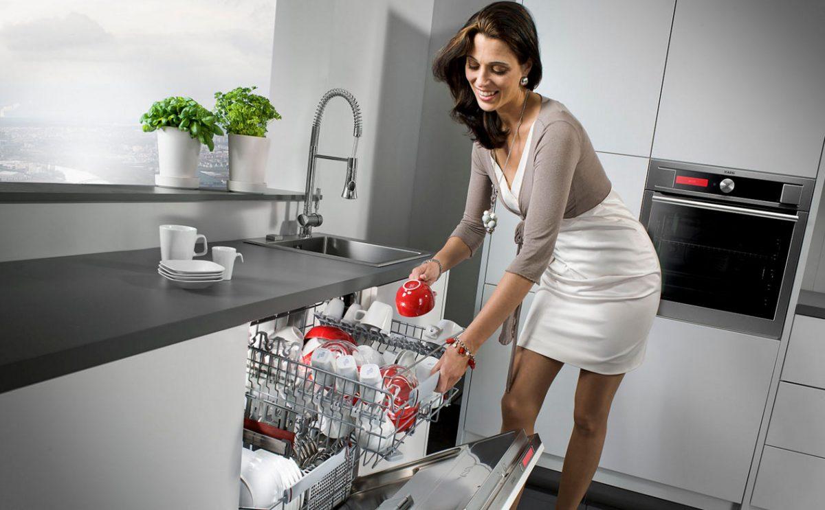 Проблема заключается в том, что большинство всех функций и обязанностей женщины значительно упростил мужчина. Многочисленные автоматы, кухонные комбайны, готовенькие к употреблению продукты, механизация процессов уборки дома, отсутствие необходимости шить одежду, доить корову, выпасать свиней или гусей, готовить еду, выпекать хлеб, топить печь, собирать хворост, делать заготовки на зиму, сажать картошку и капусту, носить воду из колодца в дом, забивать курей, или собирать грибы – вот основные причины развала семьи. Женщина для поддержания хозяйства больше не нужна! Женщина, для удовлетворения себя и своей нужности вынуждена выйти на работу, оставив семью мужчине или вообще одиноко, разведясь с ненужным мужчиной, который требует внимания! Государство? Да, государству плевать! Плевать потому, что бездумно относятся к рождаемости и целостности семьи. Повсеместная посадка женщин за руль автомобиля – явное разложение женщины!