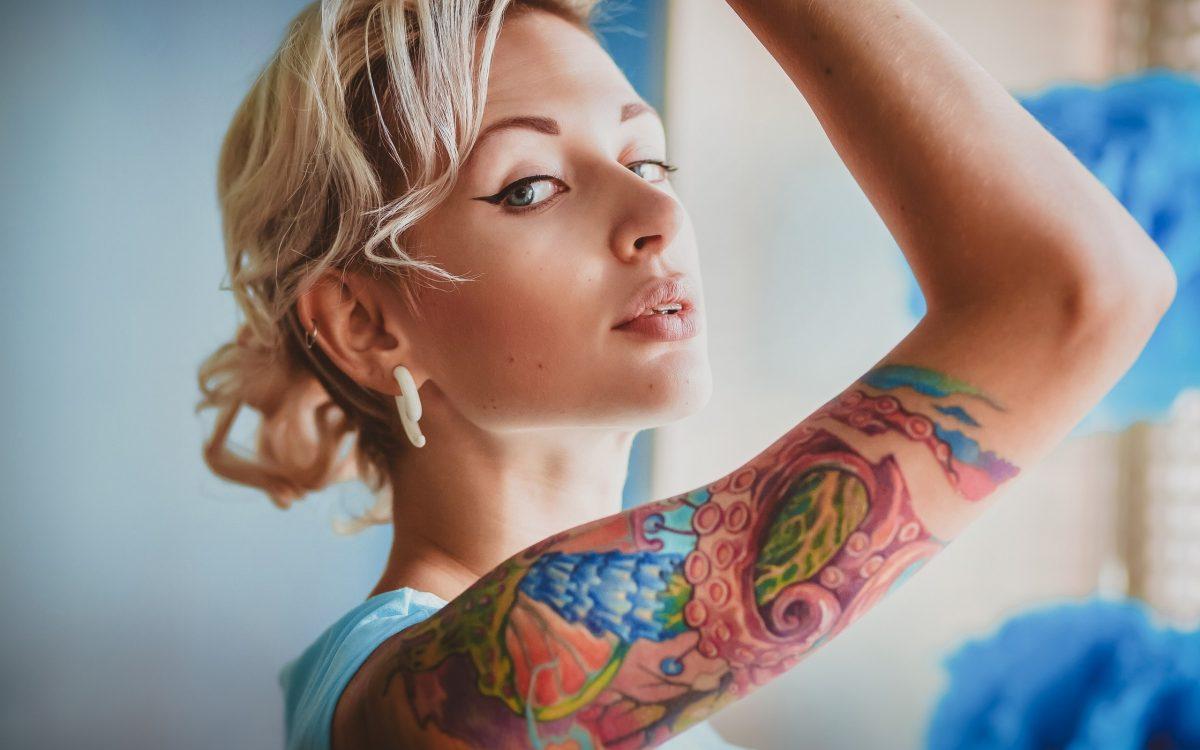 Когда я вижу сегодня молодого человека с татуировками, то ясно понимаю, что передо мной ничтожество.Бармены, официанты, брадобреи в барбершопах нынче все исколоты дурацкими надписями и орнаментами. Представители низкоквалифицированного физического труда сделали татуировки отличительным знаком своей касты. Иными словами, татуировка сейчас является маркером социальной второсортности. В свою очередь чистая кожа без наколок теперь — это шик, пропускной билет в высшее общество и признак интеллектуального превосходства.Особенно смешны и жалки те, кто любит рассуждать о значении собственных татуировок (имя любимой девушки, день рождения сына). На самом деле смысл всех современных татуировок один: их носитель — безликая серость и ничтожество, порождённое глобализацией и обществом потребления.