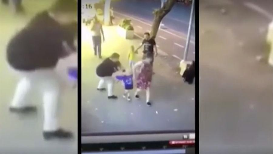 Женщина с ножом напала на малолетнего ребенка в центре грузинской столицы Тбилиси. Видео произошедшего было распространено в интернете. Инцидент произошел на проспекте Пекина. На кадрах видно, как женщина средних лет проходит мимо пары с двумя детьми. В какой-то момент она вытаскивает нож из сумки и нападает на маленького мальчика.