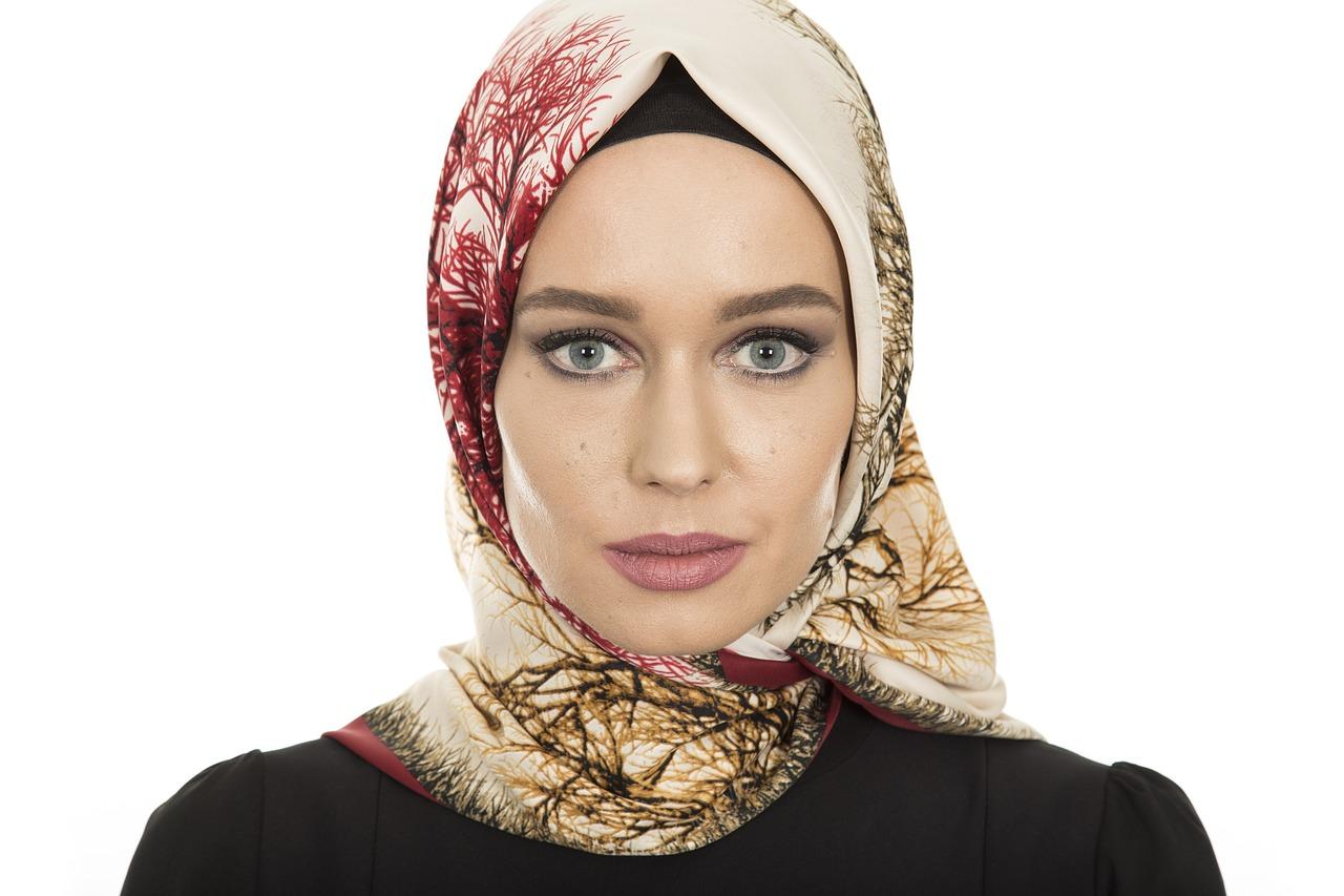 Русская девочка-мусульманка сказала: «Они взрослые с детства... Я вот иду по улице и не вижу ни одного русского парня с мужским взглядом». Мне кажется, в этих словах кроется львиная доля всех причин, по которым русские женщины принимают ислам. Да, многие, конечно, озабочены поисками веры. Но я сейчас не собираюсь заводить теологическую дискуссию, я о другом.